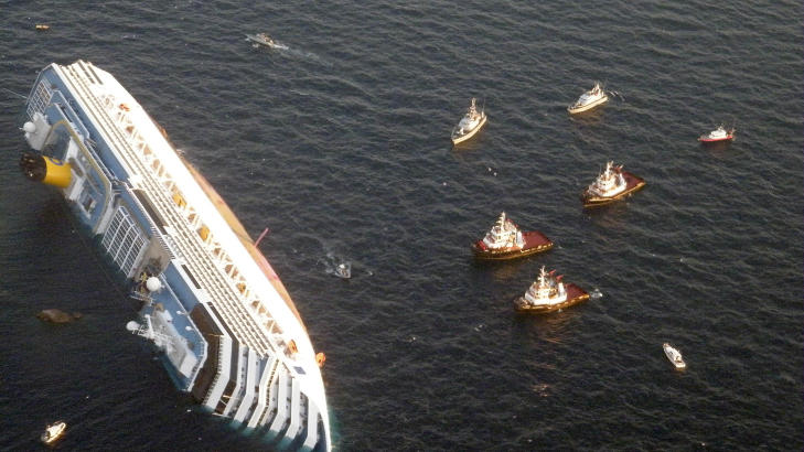 ET KAPPL�P MED TIDEN: Det br�t ut fullt kaos da over 4000 mennesker skulle reddes ut av Costa Concordia. P� venstre side av skipet ble det etter hvert umulig � senke ned livb�tene. Foto: Guardia di Finanza / Scanpix