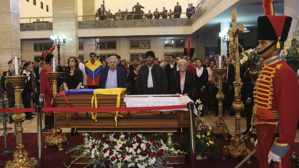 D�D:  Argentinas president  Cristina Fern�ndez (til venstre), President Cristina Fernandez (L), Jos� Mujica fra Uruguay og Bolivias president Evo Morales sto ved siden av kisten til den venezuelanske presidenten Hugo Chavez. Foto: REUTERS / Miraflores Palace / NTB Scanpix