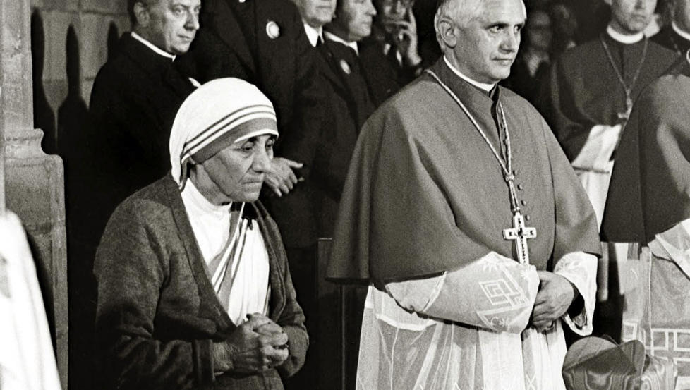 POPUL�R I VATIKANET: Mor Teresa og Joseph Ratzinger, som senere skulle bli pave, fotografert i 1978. Foto: AP / KNA / NTB scanpix