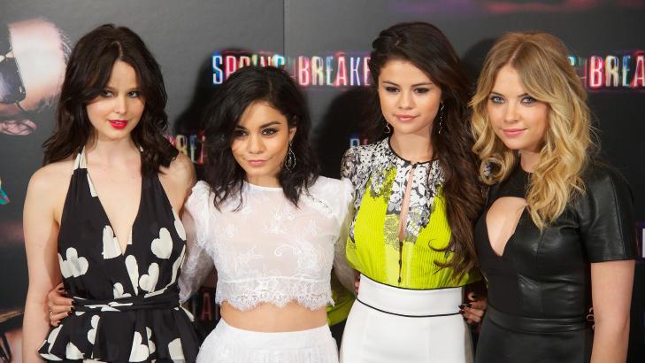 FEST, FYLL OG FANTERI: Rachel Korine (26), Vanessa Hudgens (24), Selena Gomez (20) og Ashley Benson (23) spiller fire college-jenter som finansierer v�rferien til Florida ved hjelp av ran i filmen �Spring Breakers�. Foto: Stella Pictures