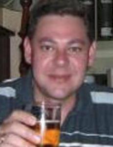 Louis (42) ble bundet og torturert mens tyvene holdt fest i hjemmet hans