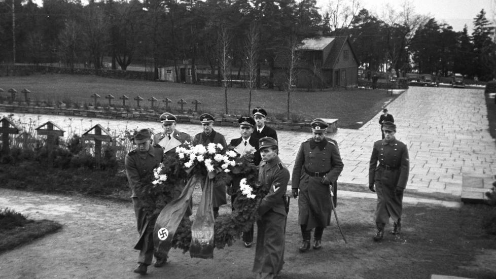 GRAVPLASSDEBATT: �Hva har bystyret sagt ja til?� undrer artikkelforfatteren. Bildet viser en kransenedleggelse p� den tyske �reskirkeg�rden p� Ekeberg i 1942. Foto: Aage Kihle / NTB Scanpix