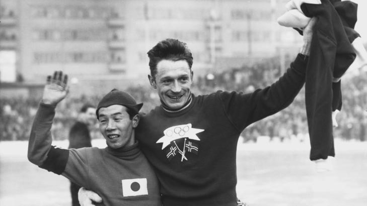 SLIK BLE HAN HELT:  Hjallis g�r �resrunde med parkameraten Sugawara etter utklassingen p� 10 000 meteren i OL 19. februar 1952. Foto: NTB Scanpix.