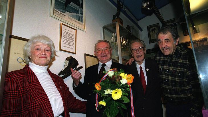 GODE VENNER: Hjalmar Andersen (nummer to fra venstre) og Johan Brun (t.h.) ble gode venner etter det omstridte bildet. Her med Bergljot Johansen (t.v.) og Willy Reisvang. Foto: Jan Greve / NTB Scanpix