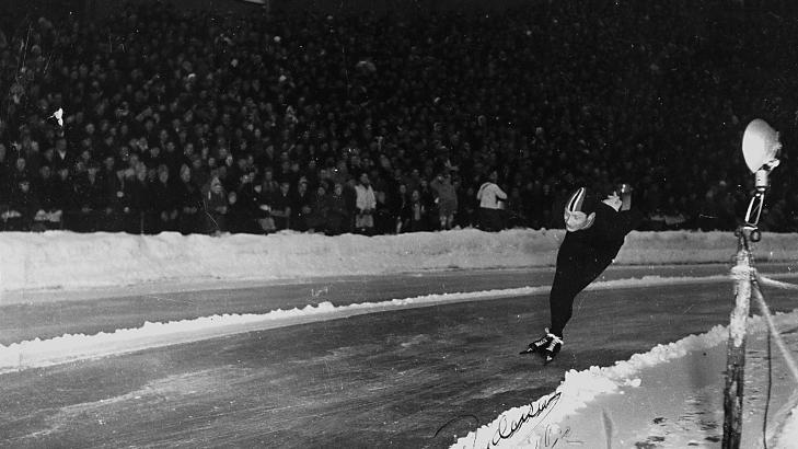 ORIGINALEN:  Blitzen (p� stolpen til h�yre) har nettopp lyst opp svingen, Hjalmar Andersen har �ynene lukket og faller p� 10 000 meteren under EM p� Bislett i 1951 noen f� sk�ytetak seinere. Foto: Johan Brun/Dagbladet.