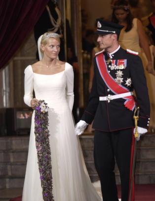 �Vi kan ikke utelukke at Mette-Marit b�de var forelska i kronprinsen, og at hun hadde sosiale ambisjoner, selv om dette er en tanke vi ikke liker s� godt i det liksom-egalit�re Norge�