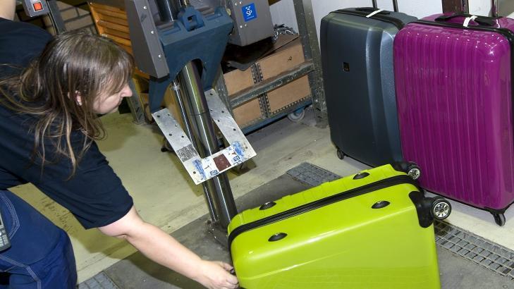 STYRKETEST: Testleder Nina Talbrant tester blant annet hvor godt koffertene t�ler fall mot gulvet.  FOTO: Anna Sigge, testfakta.se