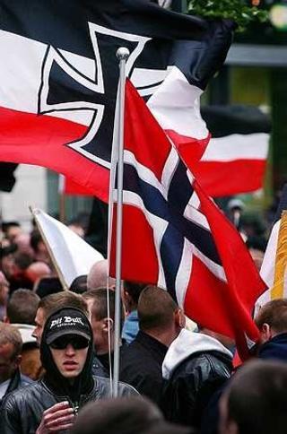 Norske flagg: Det var ogs� nordmenn med da nynazistene marsjerte i Berlin i 2005. Foto: Gorm K. Gaare