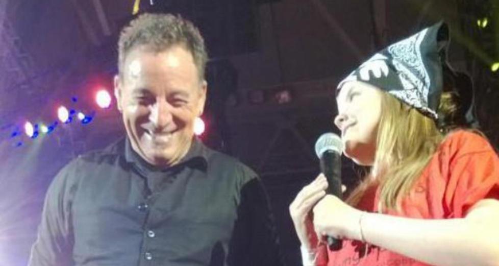 FIKK SYNGE MED «THE BOSS»: Maria Schjerven (10) stod på scenen på Telenor Arena i går kveld og sang refrenget til sangen «Waitin' on a Sunny Day». Foto: Privat