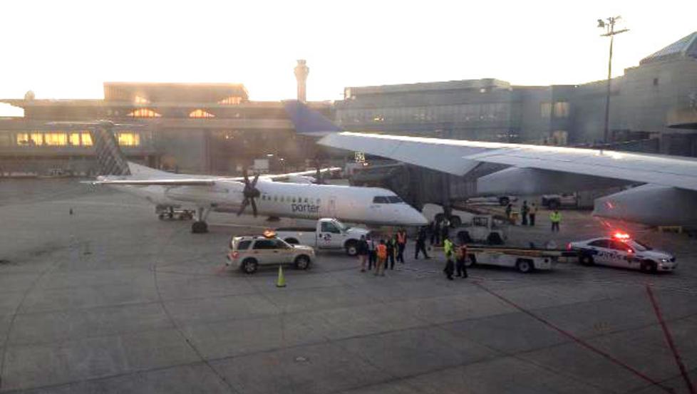 VINDUSPLASS: SAS-passasjer Trond Laksaa merket ikke sammenstøtet, men så plutselig at det begynte å komme politi og brannbiler til flyet. Under taksing mot rullebanen traff det et mindre fly og ødela vingen. Ingen ble skadd. Foto: Trond Laksaa