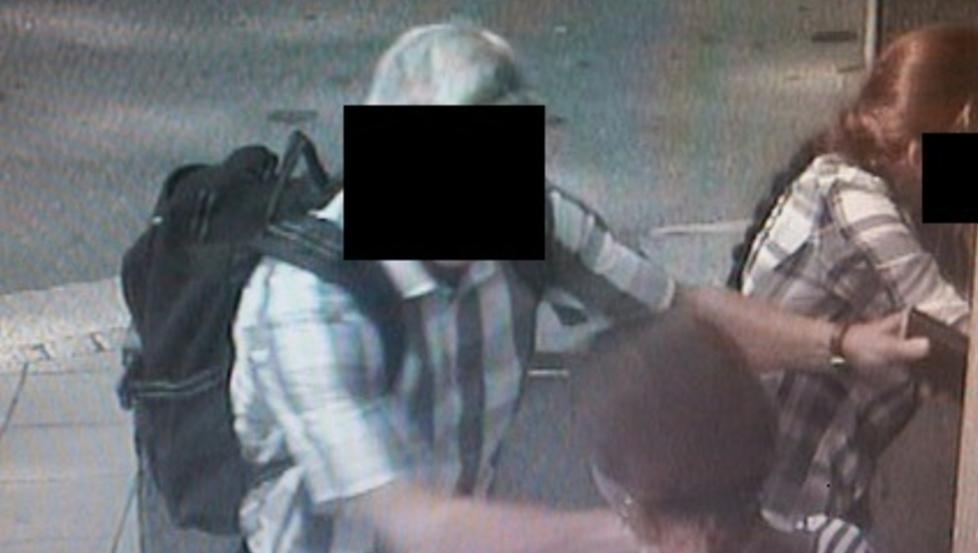 BARN SOM BEGÅR KRIMINALITET: 21. august 2012 forsøkte to jenter å stjele fra en kunde ved Nordeas minibank i Nygårdsgaten i Fredrikstad. Nærmere tre timer seinere ble en eldre mann frastjålet penger ved en minibank i Sarpsborg. Da politiet arresterte de to ranerne fant de ut at den yngste jenta var 14 år - den eldste var 17 år. Foto: POLITIET