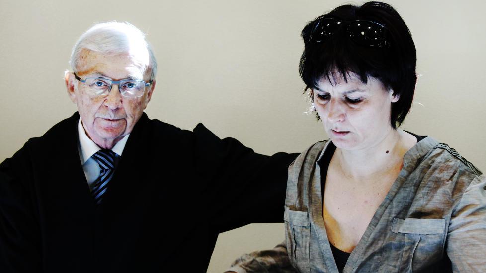 VAKSINEOFFER: Vaksineoffer May Britt Hovland, her sammen med advokat Edmund Asb�ll i Borgarting lagmannsrett. Foto: Asle Hansen / Dagbladet