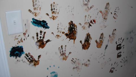 VEGGKUNST: Det er utrolig hvor mye to 4-åringer får gjort på 10-12 minutter. FOTO: Shitmykidsruined.com