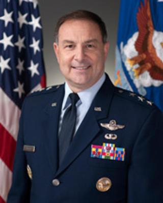 KAMPFLY:  Generall�ytnant Christopher C. Bogdan leder arbeidet med de nye F-35 kampflyene. N� kommer han til Oslo for � m�te norske politikere. Foto: JSF/Mil
