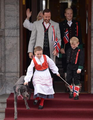 Her hilser kronprinsparet fra Skaugum