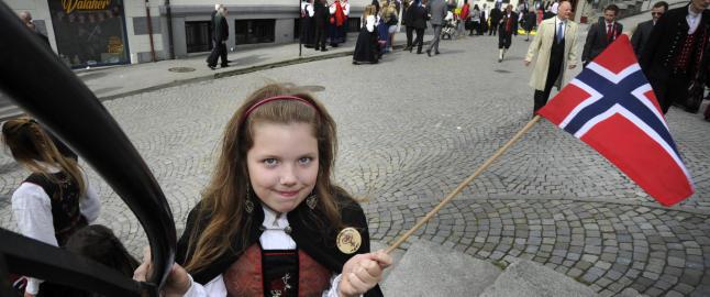 Nikola (11) fra Polen str�lte med norsk flagg i �lesund