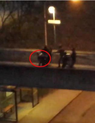 Her bankes en politimann opp mens en jente ler og roper �allah akbar, politiet l�per!�