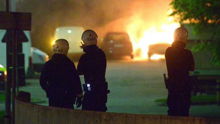 KASTET STEIN: 40-50 ungdommer var involvert i bilbrannene og kastet stein p� politiet. I kveld har politiet �kt beredskapen. Foto: Johan Nilsson / NTB Scanpix