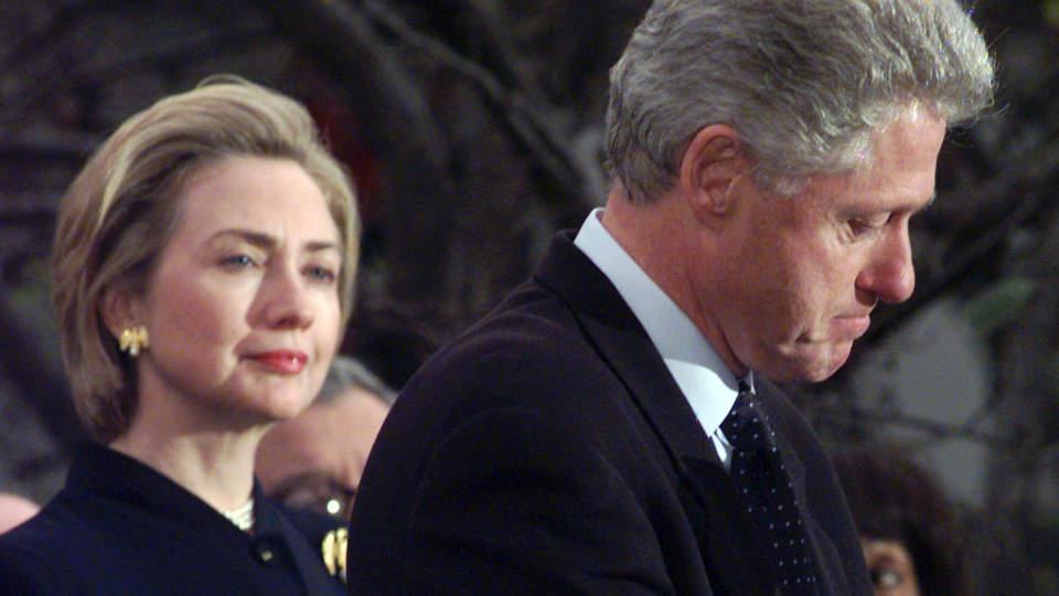 Bill Clinton og hans hissige og høye sigarføring mot ungjenter. thumbnail
