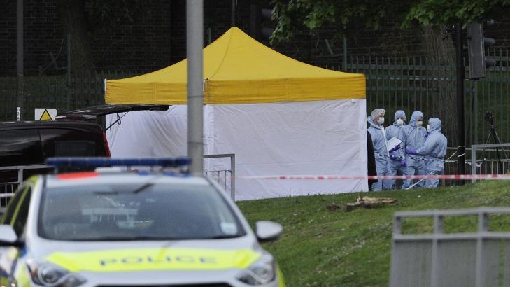 RETTSMEDISNERE P� STEDET: Britisk politi har satt opp et telt over �stedet i John Wilson Street i Woolwich i London. Foto: Facundo Arrizabalaga / EPA / NTB Scanpix