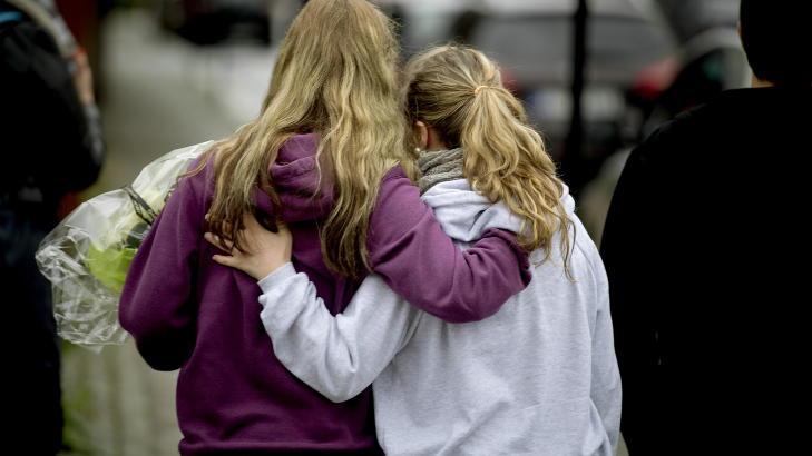 TRODD: Den forn�rmede jenta (17) t.v.) tr�stes av en venninne etter at lagmannsretten fant �ygard skyldig i en av de to tiltalepunktene.  Foto: Bj�rn Langsem / DAGBLADET.