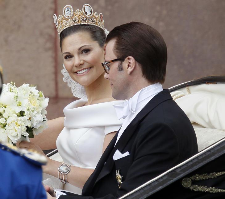 VALGTE SVENSK: Da prinsesse Victoria giftet seg med Daniel i 2010 valgte hun en brudekjole laget av en svensk designer. Foto: Lise �serud / Scanpix