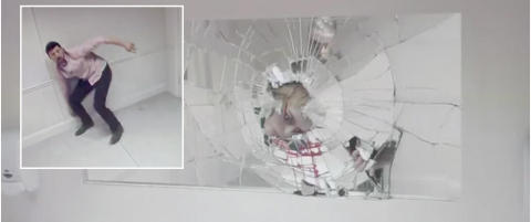 Plutselig dukker denne blodige jenta opp i speilet