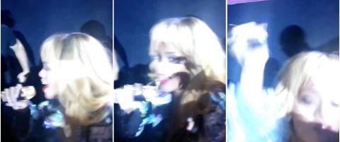 Her sl�r Rihanna en fan i hodet med mikrofonen