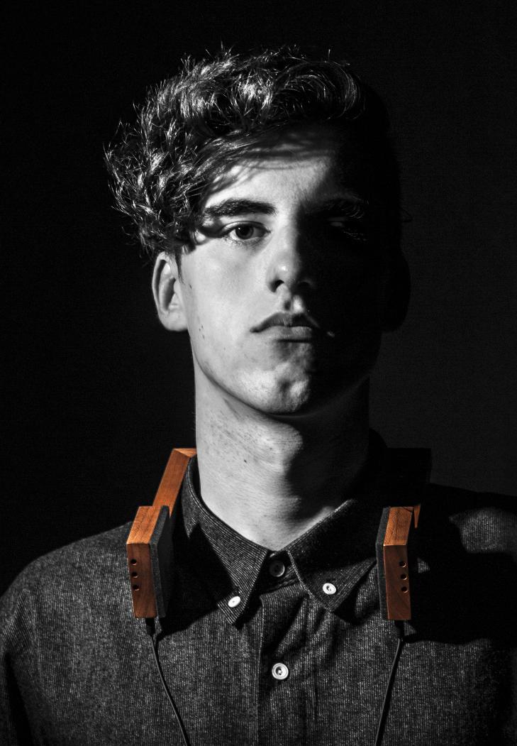 ST�R BAK: Anders Fougner (19) har designet og utviklet hodeltelefonen.