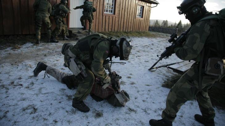 SPESIALJEGERE: Forsvarets spesialkommando utdanner fallskjermjegere og spesialjegere og kan p� kort tid stille styrker til nasjonal og internasjonal kriseh�ndtering. P� dette bildet fra 2007 viser de hvordan de forbereder seg f�r et oppdrag i Kabul. Foto: Jacques Hvistendahl/Dagbladet