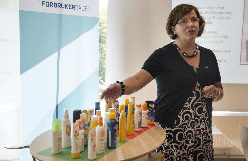 ADVARER:  Direkt�r Randi Flesland presenterer solkremer Forbrukerr�det har testet for hormonforstyrrende stoffer under en pressekonferanse torsdag formiddag. Foto: Aleksander Andersen / NTB scanpix