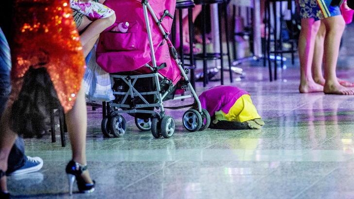 F�R BARNEOMBUDET TIL � REAGERE: Anne Lindboe blir oppr�rt av disse bildene fra Playa del Ingles, Gran Canaria - bare ett av stedene hvor barn blir overlatt til seg selv fordi mor og far drikker alkohol. Foto: Thomas Rasmus Skaug / Dagbladet