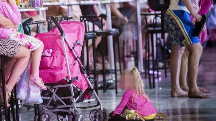 MENS MOR OG FAR DRIKKER: Denne lille jenta er bare en av mange som blir overlatt n�rmest til seg selv, mens mor og far drikker i utlandet. Foto: Thomas Rasmus Skaug / Dagbladet