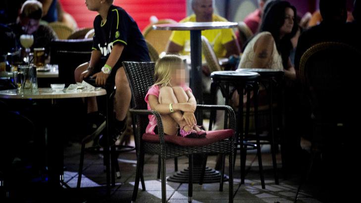 KIKKER: En liten jente ser seg rundt, der hun sitter alene i en stol p� et av de mange utestedene i Playa del Ingles p� Gran Canaria. Foto: Thomas Rasmus Skaug / Dagbladet