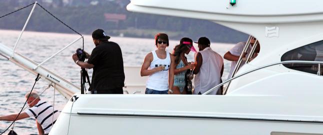 Rihanna vrikker seg på båttur på Oslofjorden