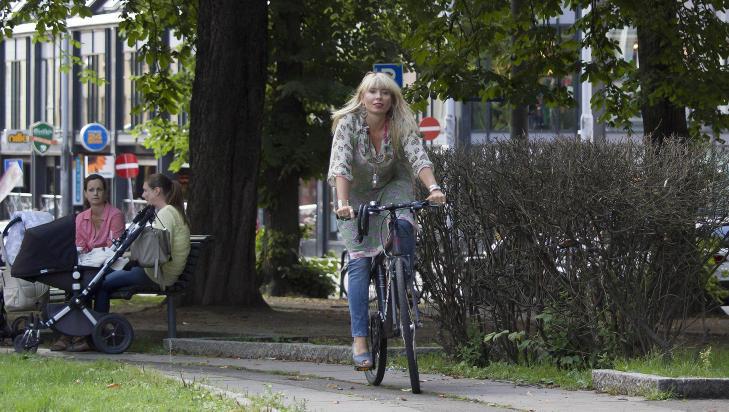 AKTIV: Alexandra Archetti St�len lever et aktivt liv med krevende jobb og tvillinger, og tar ofte sykkelen fatt. Til info: Mangelen p� sykkelhjelm er situasjonsfor�rsaket og ikke representativ. FOTO: TERJE MOSNES