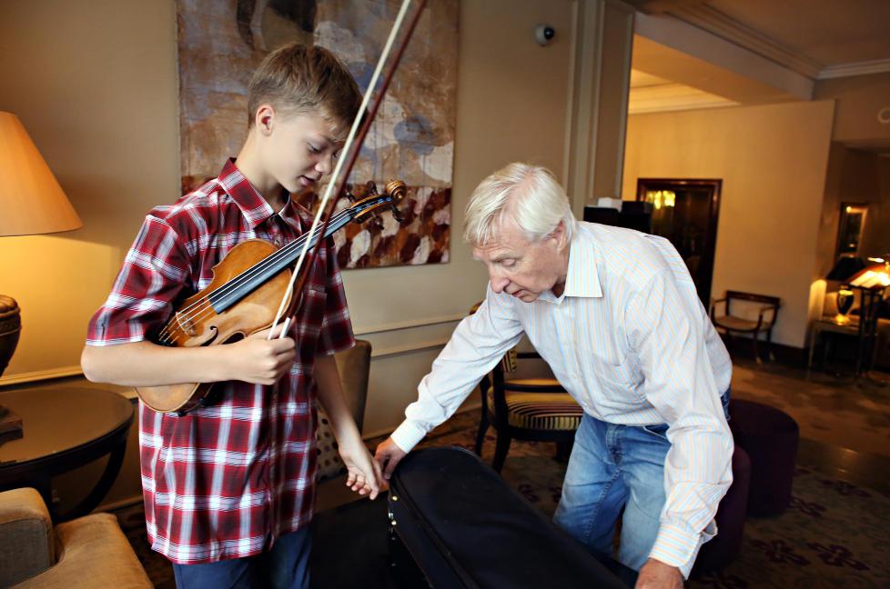 INSTRUMENT: Joakim R�bergshagen spiller p� en Gagliano-fiolin fra 1780, utl�nt av Storebrand. �S�nn var det ikke da jeg var ung,� sukker Arve Tellefsen som lenge m�tte n�ye seg med langt mindre fulltonende instrumenter. FOTO: FRANK KARLSEN / DAGBLADET