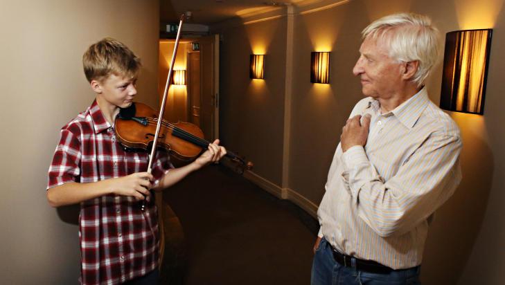YNGST: Med sine 12 �r er Joakim R�bergshagen Oslo Kammermusikkfestivals yngste musiker, og skal v�re med p� fire konserter, deriblant �pningskonserten i kveld og avslutningskonserten om en dr�y uke. Festivalsjef Arve Tellefsen er s�re forn�yd med sin nye fiolinistkollega. FOTO: FRANK KARLSEN / DAGBLADET