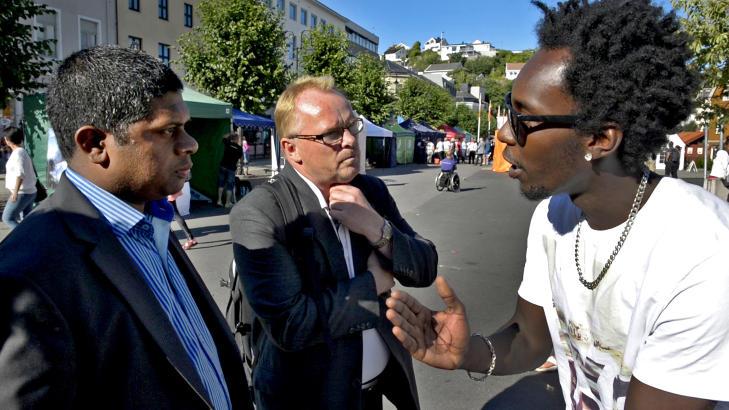 KONFRONTASJON:  Fremskrittspartiets nestleder Per Sandberg ble konfrontert om hudfargen til sin r�dgiver Andr� Kolve av artisten Kevin Ndungu i g�gata i Arendal. FOTO: �ISTEIN NORUM MONSEN/DAGBLADET.