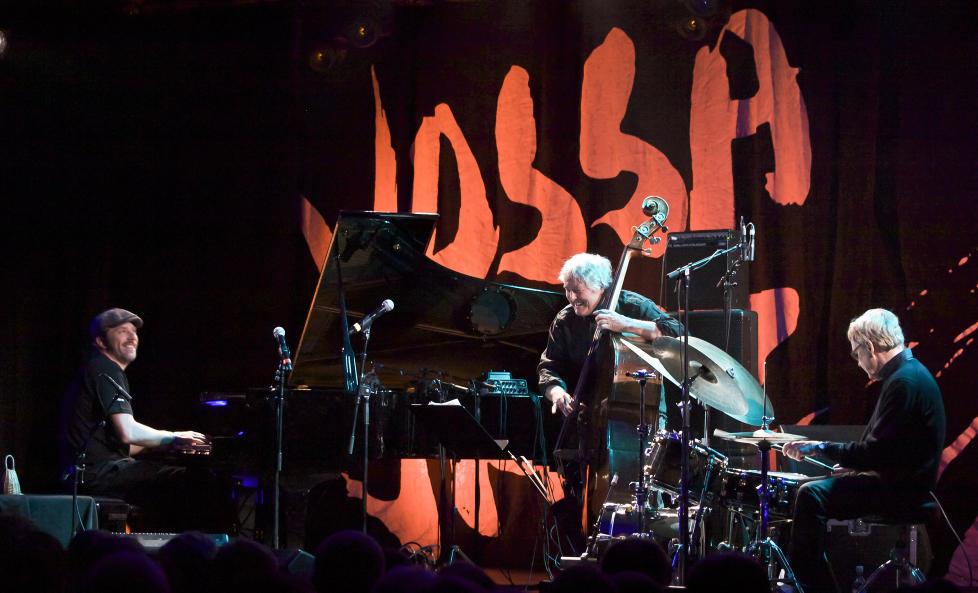 FORVENTNINGER: Carsten Dahl (tv), Arild Andersen og Jon Christensen la lista skyh�yt med sin Vossa Jazz-konsert og albumet �Space is the Place� i fjor. �rets �Under The Rainbow� er ogs� godt, men mer ujevnt. FOTO: TERJE MOSNES