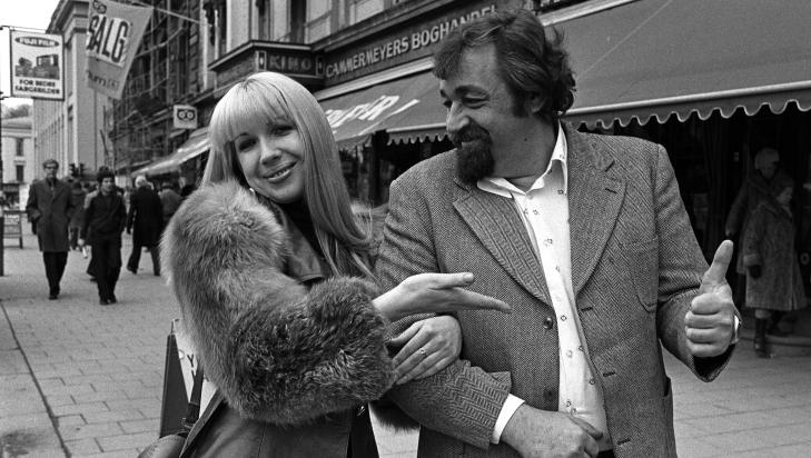CORNELIS VREESWIJK: Alexandra Sandøy på Karl Johan med den svenske viselegenden Cornelis Vreeswijk i 1977. Foto: Bjørn Sigurdsøn / NTB Scanpic