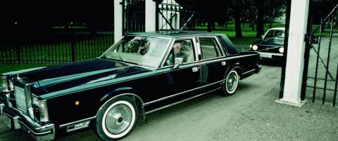 Derfor kjørte kong Olav rundt med sin private sjåfør i passasjersetet