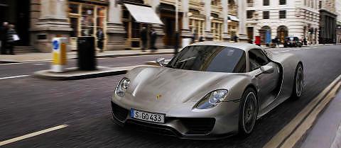 SUPERHYBRID: Porsche 918 Spyder er en ytelseshybrid av den helt ekstreme sorten. Den produseres i en begrenset serie, og tas til Norge p� bestilling. Pris: Over seks millioner kroner. Foto: Porsche