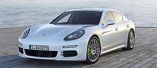 STOR OG GJERRIG: Med 0,31 liter p� mila og et CO2-utslipp p� 0,71 g/km er Porsche Panamera E-Hybrid vanvittig gr�nn i forhold til st�rrelse og ytelse. Foto: Porsche