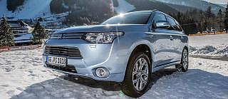 SUV-HYBRID: Mitsubishi Outlandet Plug-in Hybrid EV skulle etter planen v�rt lansert i Norge denne h�sten, men problemer med batteriene forpurret planene. Bilen er ventet i begynnelsen av 2014 med en prislapp under 500 000 kroner. Foto: Mitsubishi