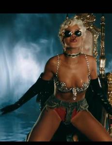 Kaller Rihannas seneste stunt for �pornografisk�, �avskyelig� og �uanstendig�