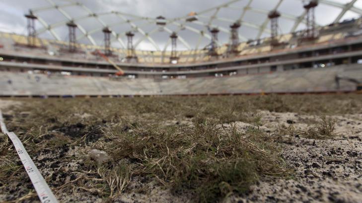 GRASROTA:  Er i mot VM i Brasil. Heller ikke gresset spiller helt p� lag enn�. Foto: Bruno Kelly / REUTERS / NTB Scanpix
