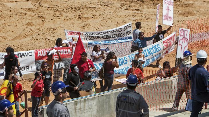 DEMONSTRASJONER:  Lokalbefolkningen er fortsatt rasende p� myndighetene som har godkjent et VM i Brasil. Foto: Jose Medeiros / REUTERS / NTB Scanpix