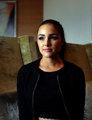Miss Universe politianmeldt for fotografering foran Taj Mahal