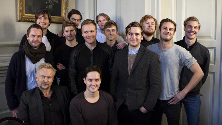 SKUESPILLERE: Her ser vi et utvalg av skuespillerne, i front Dennis Storh�i (til v.) og Frank Kjos�s. Foto: Anders Gr�nneberg